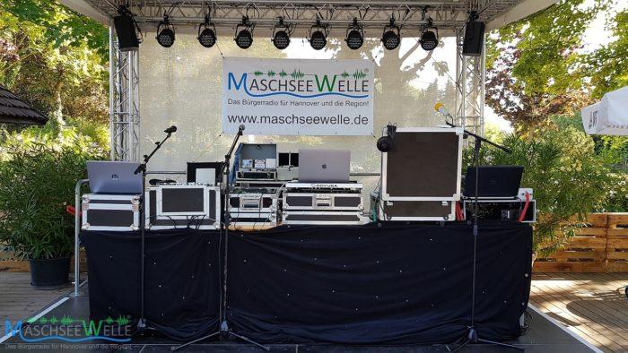 Blick auf die Bühne im Sommerbiergarten ... (MaschseeWelle On Tour am 22.09.2020 in Sarstedt)